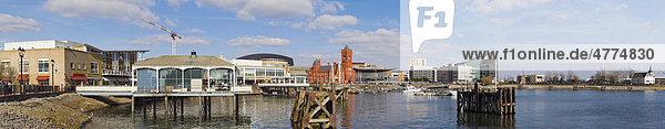 Panorama der Bucht von Cardiff mit Mermaid Quay und Pierhead Building  innerer Hafen  Cardiff  Caerdydd  South Glamorgan  Wales  Großbritannien  Europa