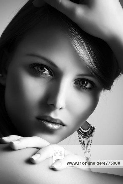 junge frau portr t schwarz wei beauty lizenzpflichtiges bild bildagentur f1online 4775008. Black Bedroom Furniture Sets. Home Design Ideas