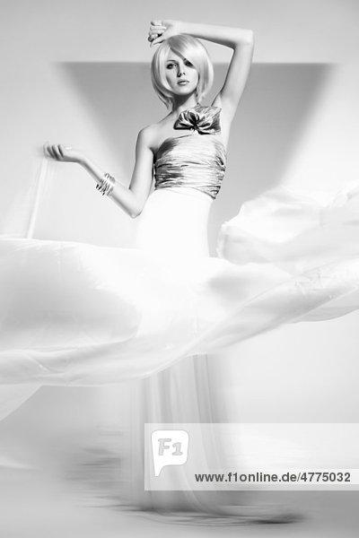 Junge Frau mit heller Perücke  Top und weißem Rock  schwarz-weiß  Fashion
