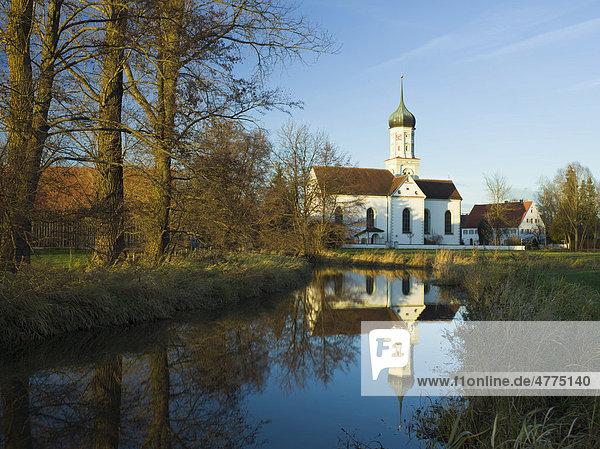 St. Johannes Kirche mit Spiegelung in der Schmutter  Dietkirch bei Gessertshausen  Schwaben  Bayern  Deutschland  Europa