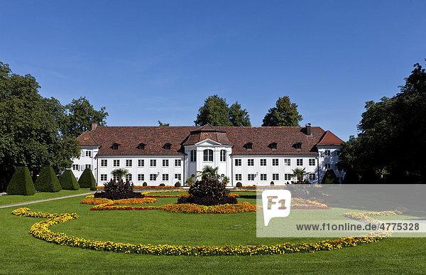 Blick durch den Park auf die Orangerie in Kempten als nördlicher Abschluss des Hofgartens  Kempten  Unterallgäu  Allgäu  Schwaben  Bayern  Deutschland  Europa