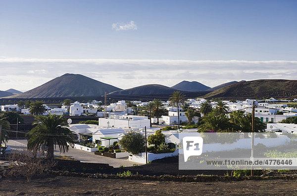Weißes Dorf in Vulkanlandschaft  Yaiza  Lanzarote  Kanarische Inseln  Spanien  Europa