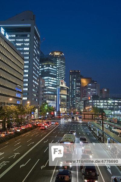 Neonbeleuchtung und Verkehr in der Dämmerung  Bezirk Umeda  Osaka  Japan  Asien