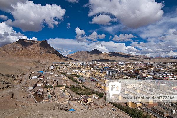 Blick über Chinas abgelegenste Stadt Ali  Shiquane  im äußersten Westen von Tibet  Aksai Chin  Tibet  Zentralasien