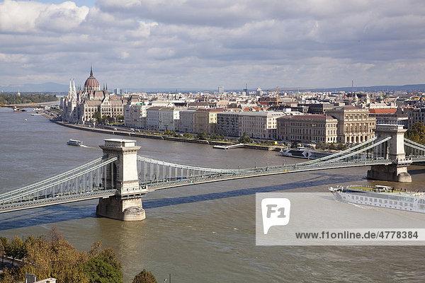 Kettenbrücke mit Donau in Budapest  Ungarn  Europa