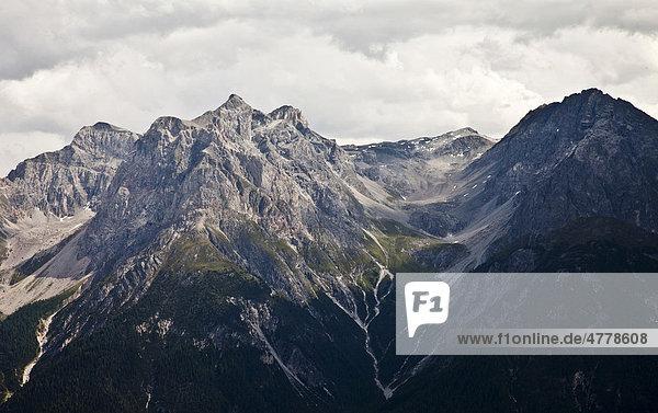 Berglandschaft mit Blick auf die Gipfel Piz Lischana mit der Chamanna Lischana Hütte in 2.500 m Höhe  Scuol  Graubünden  Unterengadin  Schweiz  Europa