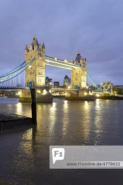 Tower Bridge in der Dämmerung  Themse  London  England  Großbritannien  Europa