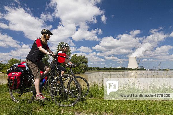 Radfahrer auf dem Isarradweg  Atomkraftwerk Ohu  Isar 1  Bayern  Deutschland  Europa Radfahrer auf dem Isarradweg, Atomkraftwerk Ohu, Isar 1, Bayern, Deutschland, Europa