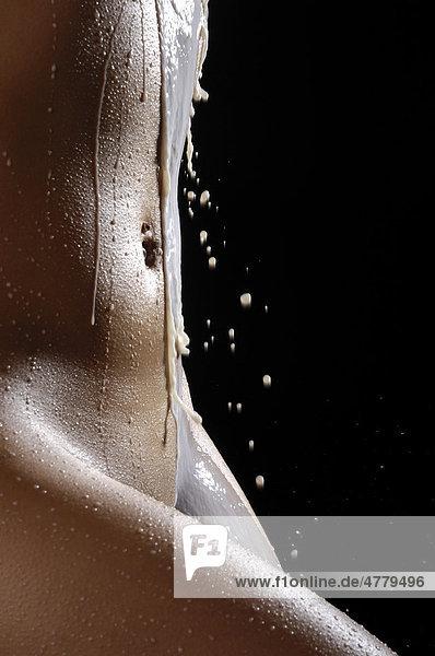 Nahaufnahme  nackter Frauenkörper mit Milchspritzern Nahaufnahme, nackter Frauenkörper mit Milchspritzern