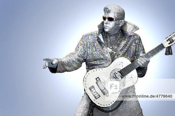 Silberner Elvis spielt Gitarre  Elvis-Imitator Peter Jarvis aus Toronto  Ontario  Kanada