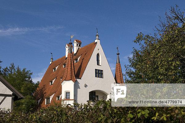 Wohnhaus im Stil eines Schlösschen am Ammersee  Herbststimmung  Oberbayern  Bayern  Deutschland  Europa