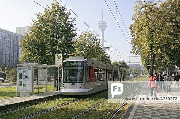 Moderne Straßenbahn bei der Einfahrt in eine Straßenbahnhaltestelle in Düsseldorf  Nordrhein-Westfalen  Deutschland  Europa
