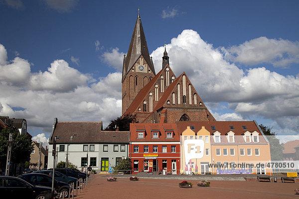 Marktplatz mit Backsteinkirche St. Marien  Barth  Mecklenburg-Vorpommern  Deutschland  Europa