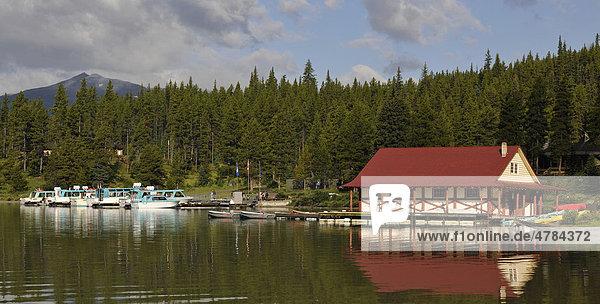 Historisches Bootshaus am Ufer des Maligne Lake  Maligne Valley  Jasper National Park Nationalpark  Alberta  Kanada