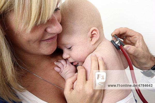 Arztpraxis  Mutter und Kind beim Kinderarzt  Untersuchung eines Säuglings  Vorsorgegrunduntersuchung  Abhorchen mit einem Stethoskop  U-Untersuchung