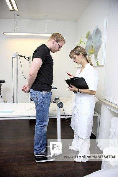Arztpraxis  Gewichtskontrolle bei einem Patienten