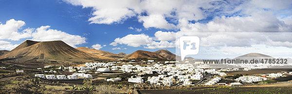 Das weiße Dorf Uga umgeben von Bergen inmitten einer Lavalandschaft  Lanzarote  Kanarische Inseln  Spanien  Europa