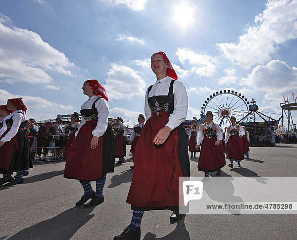 Frauen in Tracht vom Trachtenverein Hinterskirchen aus Niederbayern  Trachtenumzug  Trachten- und Schützenzug zum Oktoberfest  Oktoberfesteinzug  München  Oberbayern  Bayern  Deutschland  Europa