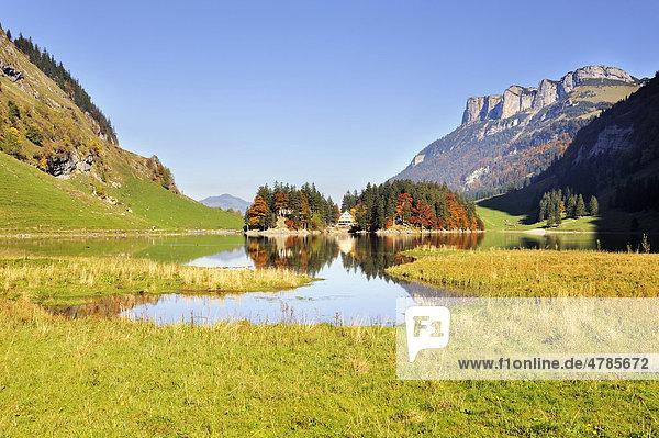 Blick von Westen über den 1143 Meter hoch gelegenen Seealpsee zum Berggasthaus Forelle  Kanton Appenzell-Innerrhoden  Schweiz  Europa