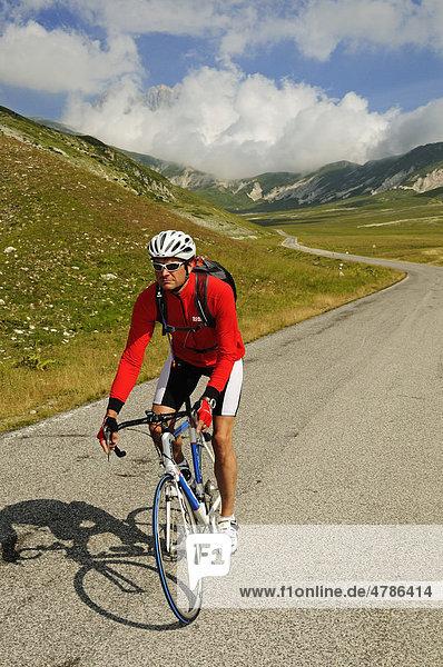 Radfahrer auf dem Campo Imperatore  Gipfel des Corno Grande  Nationalpark Gran Sasso  Abruzzen  Italien  Europa