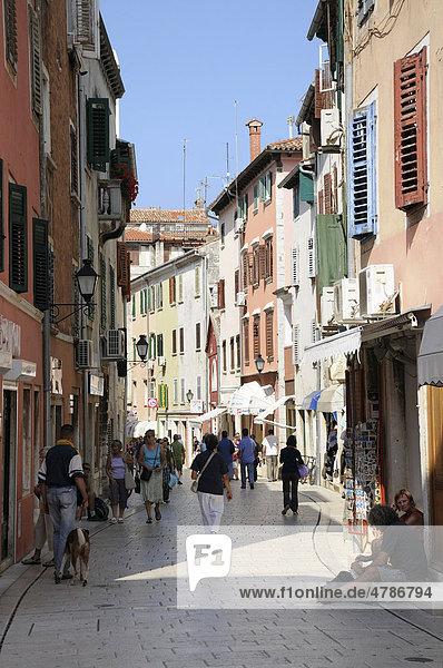 Fußgängerzone und Geschäfte  Altstadt  Rovinj  Republik Kroatien  Europa