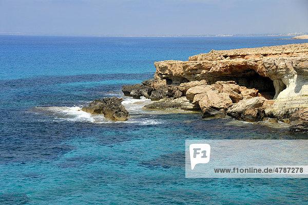 Felsküste und blaues Meer  Cap Gkreko  Cape Greco  bei Agia Napa  Südzypern  Republik Zypern  Mittelmeer  Europa