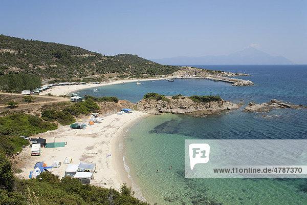 Ahlada Strand bei Sarti auf der Halbinsel Sithonia  hinten der Berg Athos  Chalkidiki  Makedonien  Griechenland  Europa