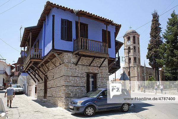 Haus und Kirche im Bergdorf Arnea auf der Halbinsel Chalkidiki  Makedonien  Griechenland  Europa