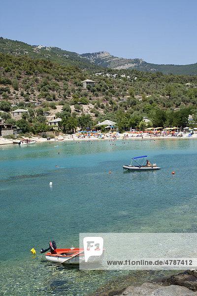 Boote in einer idyllischen Bucht bei Aliki auf der Insel Thassos  Makedonien  Griechenland  Europa