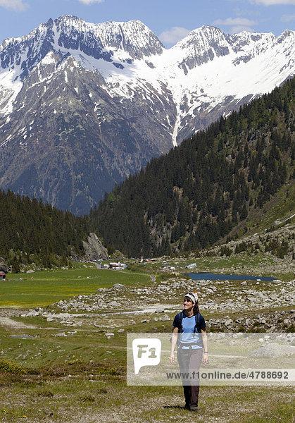 Junge Frau beim Wandern  Wiesen  Berge  in der Nähe von Göschenen  Göscheneralpsee  Reusstal  Kanton Uri  Schweiz  Europa Kanton Uri