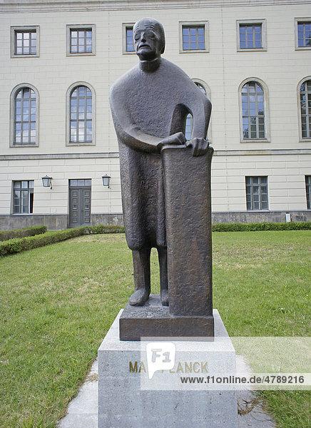 Humboldt Universität  Skulptur von Max Planck  Physiker  Berlin  Deutschland  Europa