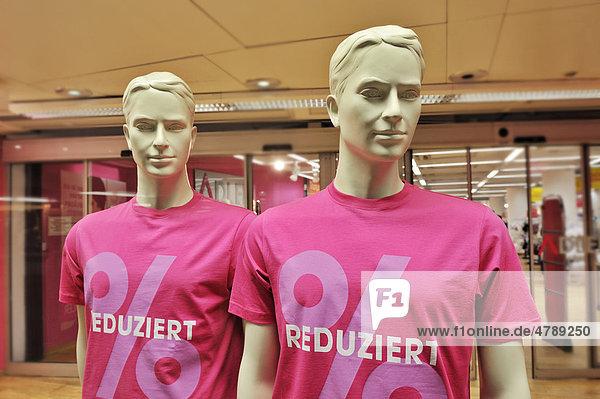 Männliche Schaufensterpuppen mit reduziert T-Shirts  München  Bayern  Deutschland  Europa