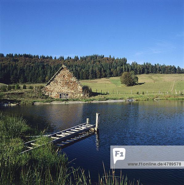 Hütte am See  Puy de Dome  Frankreich  Europa