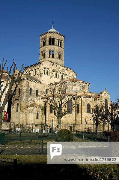 Abteikirche von Saint Austremoine in Issoire  eine der fünf größten romanischen Kirchen der Auvergne  Frankreich  Europa
