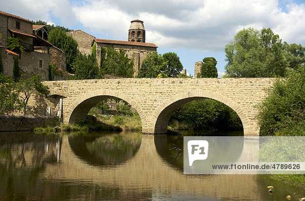 Brücke im Dorf Lavaudieu  Haute-Louire  Auvergne  Frankreich  Europa
