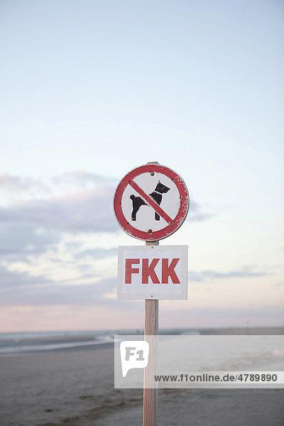 Hundeverbot am Strand  Verbotsschild  FKK  Nordsee  St. Peter-Ording  Schleswig-Holstein  Deutschland  Europa