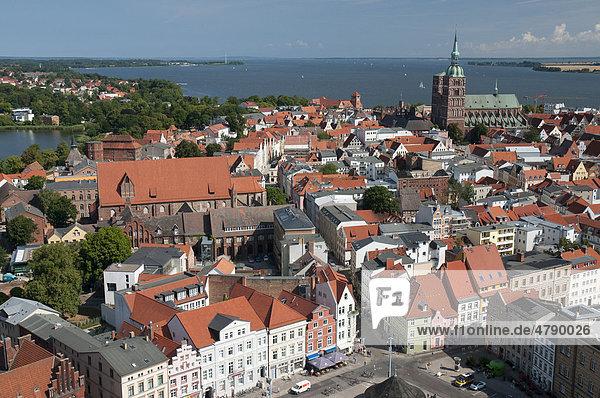 Panorama mit Nikolaikirche  Unesco-Weltkulturerbestätte  Stralsund  Mecklenburg-Vorpommern  Deutschland  Europa