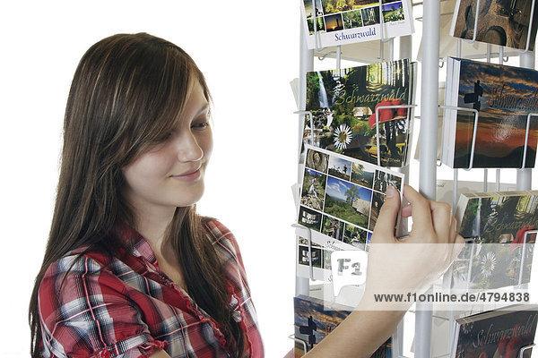 Ein junges Mädchen schaut sich Postkarten an