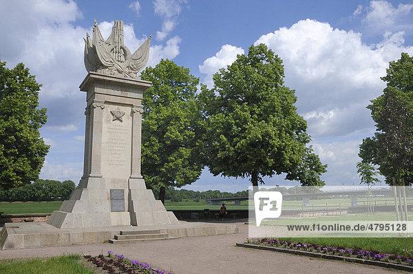 Denkmal anlässlich des Zusammenschlusses der Alliierten  Torgau  Landkreis Nordsachsen  Sachsen  Deutschland  Europa