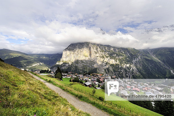 Blick auf das traditionelle autofreie Walser-Bergdorf Mürren über dem Lauterbrunner Tal  gegenüber der Staldenfluh  Kanton Bern  Schweiz  Europa
