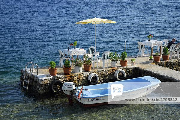 Cafe Restaurant Terrasse am Wasser im Dorf Kale  Kaleköy oder Simena  Kekova Bucht  lykische Küste  Provinz Antalya  Mittelmeer  Türkei  Eurasien