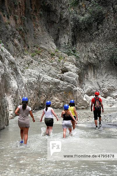 Tagesausflug für Touristen  Saklikent Canyon Naturpark  Esen Cay Wildwasserschlucht  Felsschlucht im Ak daglar  Akdagi Gebirge  Fethiye in der Provinz Mugla  Türkei  Eurasien