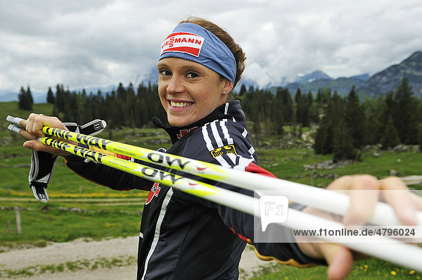 Evi Sachenbacher-Stehle  Goldmedaillengewinnerin von Vancouver  beim Nordic Walking-Training auf der Eggenalm  Reit im Winkl  Bayern  Deutschland  Tirol  Österreich  Europa