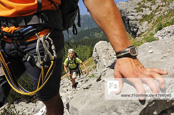 Kletterer  Gamssteig-Klettersteig  Steinplatte  Outdoor  Reit im Winkl  Chiemgau  Oberbayern  Bayern  Deutschland  Tirol  Österreich  Europa