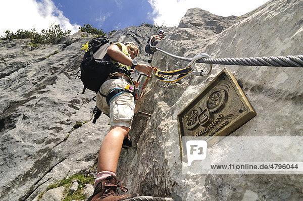 Klettersteig Chiemgau : Paar mit kletterausrüstung in den bergen gamssteig klettersteig
