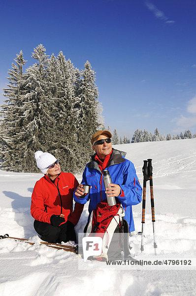 Wanderer  Winterwanderung auf dem ersten Premium-Winterwanderweg Deutschlands  Hemmersuppenalm  Reit im Winkl  Bayern  Deutschland  Europa