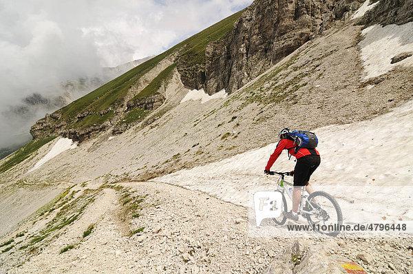 Mountainbiker am Corno Grande  Passo Portella  Campo Imperatore  Nationalpark Gran Sasso  Abruzzen  Italien  Europa