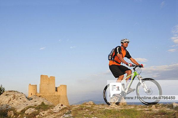 Mountainbiker bei Rocca Calascio-Burg  Campo Imperatore  Nationalpark Gran Sasso  Abruzzen  Italien  Europa