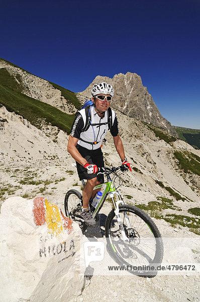 Mountainbiker am Corno Grande bei Casale San Nicola,  Campo Imperatore,  Nationalpark Gran Sasso,  Abruzzen,  Italien,  Europa