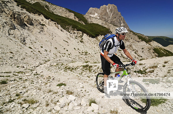 Mountain biker on Corno Grande near Casale San Nicola  Campo Imperatore  Gran Sasso National Park  Abruzzo  Italy  Europe